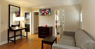 Red Roof Inn & Suites Monterey - Monterey - Sala de estar