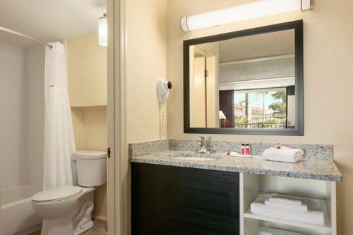 Days Inn by Wyndham Clearwater/Gulf to Bay - Clearwater - Μπάνιο