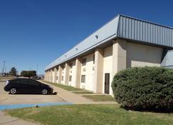 Regency Inn & Suites - Altus - Building