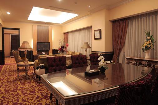 Premier Basko Hotel Padang - Padang - Living room