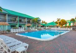Quality Inn & Suites Cocoa Beach - Cocoa Beach - Πισίνα