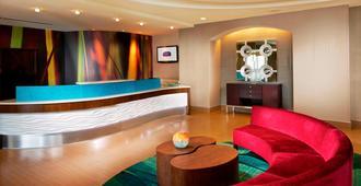 紐瓦克自由國際機場springhill Suites酒店 - 紐華克 - 櫃檯