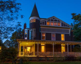 Ivy Lodge Bed & Breakfast - Newport - Building