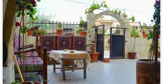 Ali's Guest House - גורמה - פטיו