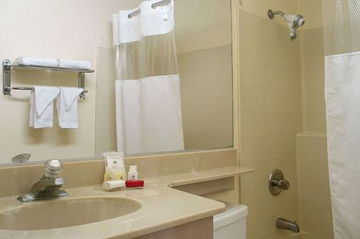 Ramada by Wyndham Los Angeles/Koreatown West - Los Angeles - Bathroom