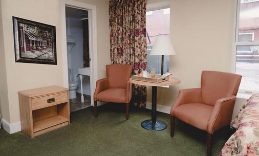 The Queen's Inn - Kingston - Living room