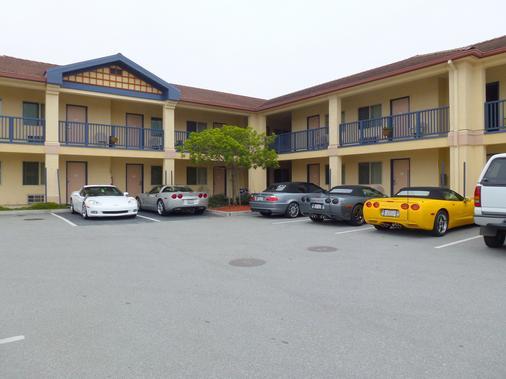 Howard Johnson by Wyndham Marina at Monterey Bay - Marina - Building