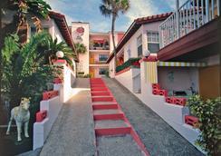 Tropical Manor on the Ocean - Daytona Beach Shores - Outdoor view