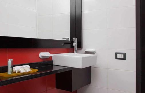 Hotel Finlandia - Quito - Bathroom