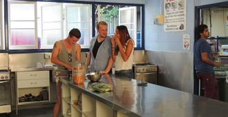 Reef Lodge Backpackers - Townsville - Kitchen