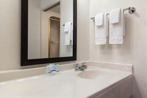 Sleep Inn & Suites Airport - Omaha - Bathroom
