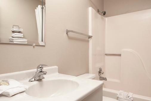 Super 8 by Wyndham Manhattan KS - Manhattan - Bathroom