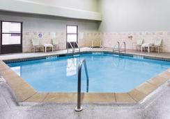 Holiday Inn Dubuque/Galena - Dubuque - Pool