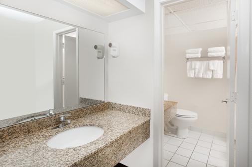 Ramada by Wyndham Ankeny - Ankeny - Bathroom