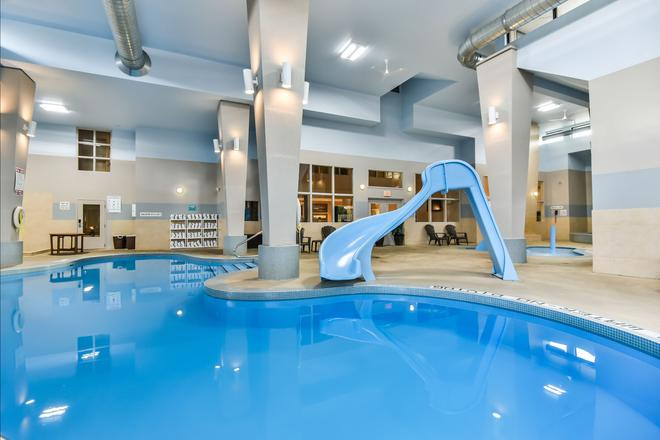 Comfort Inn & Suites Ambassador Bridge - Windsor - Piscina