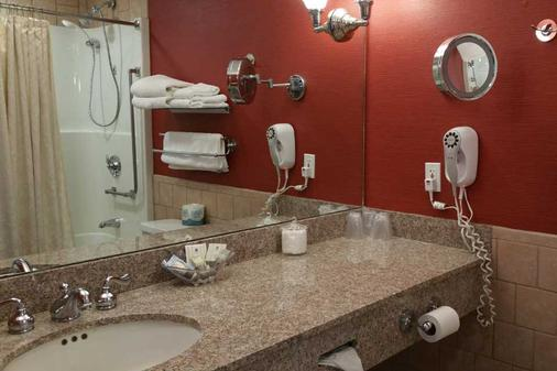 Stage Neck Inn - York Harbor - Bathroom