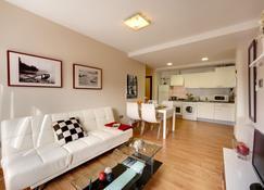 Bilbao Apartamentos Atxuri - Bilbao - Living room