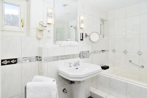 Hotel Schwarzer Adler - Innsbruck - Bathroom