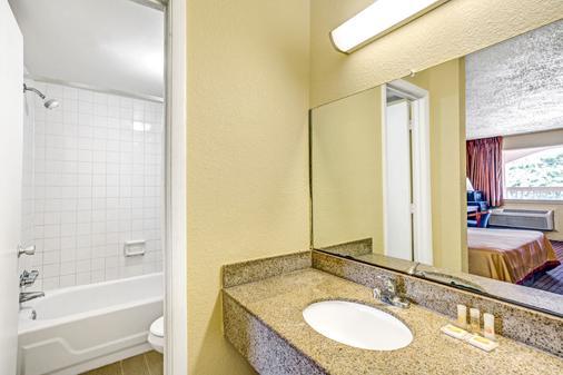 Days Inn by Wyndham Chesapeake - Chesapeake - Bathroom