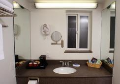 Hi View Inn & Suites - Manhattan Beach - Bathroom