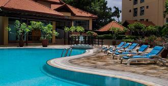 Verwood Hotel & Serviced Residence - Surabaya - Svømmebasseng