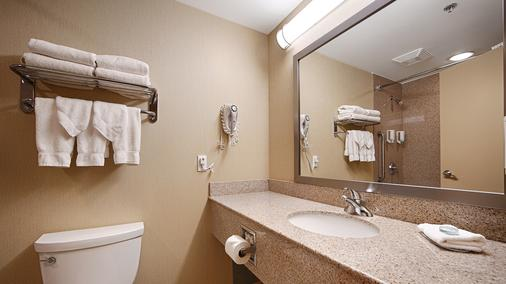 Best Western Plus Barrie - Barrie - Bathroom