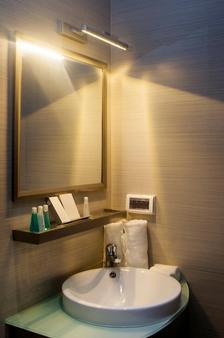 機場海灘酒店 - 哈休瑪萊 - 胡魯馬累 - 浴室