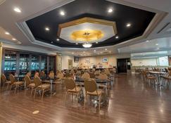 Howard Johnson Hotel&conf Cntr By Wyndham Fullerton/Anaheim - Fullerton - Restaurante