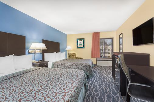Days Inn & Suites by Wyndham Norcross - Norcross - Bedroom