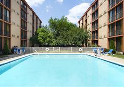 Wyndham Garden Hotel Newark Airport - Newark - Bể bơi