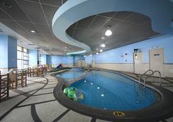 無限塔樓套房酒店 - 馬卡蒂 - 游泳池