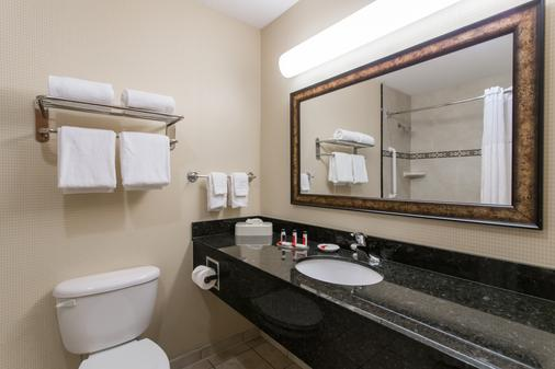 Days Inn & Suites by Wyndham Fort Pierce I-95 - Fort Pierce - Bathroom