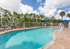 Days Inn & Suites by Wyndham Fort Pierce I-95 - Fort Pierce - Pool