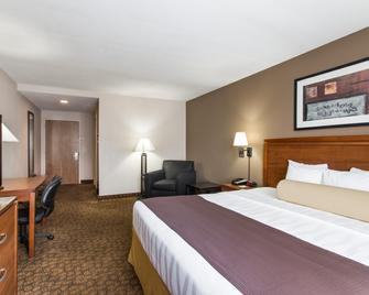 Days Inn & Suites by Wyndham Fort Pierce I-95 - Fort Pierce - Bedroom