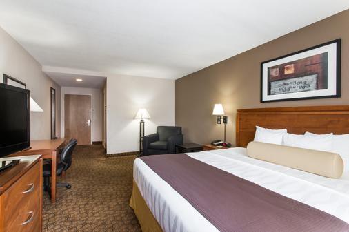 Days Inn & Suites by Wyndham Fort Pierce I-95 - Fort Pierce - Bedroom