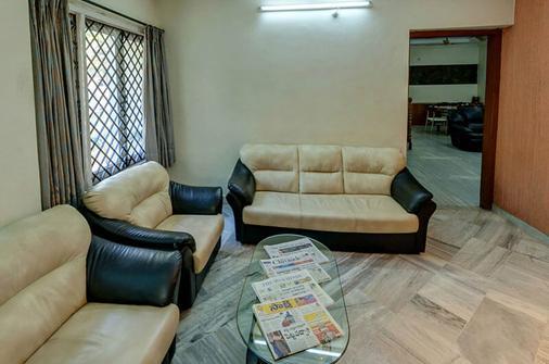 Falcons Nest Banjara Hills - Hyderabad - Phòng khách