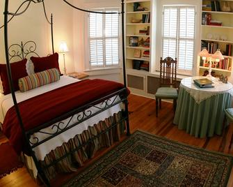 The Yellow House on Plott Creek Road - Waynesville - Bedroom