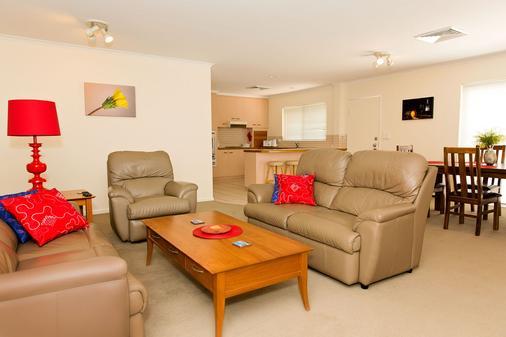 White Lace Motor Inn - Mackay - Living room