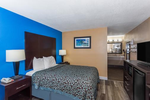 Days Inn by Wyndham Sarasota Bay - Sarasota - Bedroom