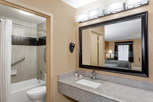 Days Inn by Wyndham Sarasota Bay - Sarasota - Bathroom