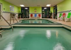 阿爾普頓格蘭德斯泰套房酒店 - 愛波頓 - 阿普爾頓 - 游泳池