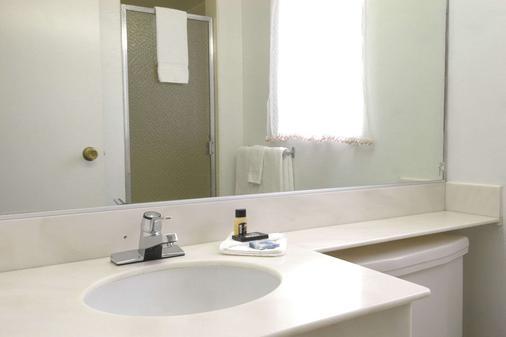 Travelodge by Wyndham Eureka - Eureka - Bathroom