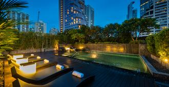 Maitria Hotel Sukhumvit 18 Bangkok- A Chatrium Collection - Bangkok - Svømmebasseng