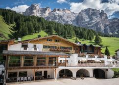 Hotel Störes - Mountain Nature Hotel - San Cassiano/St. Kassian - Building