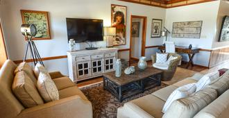 Captain Morgan's Retreat - San Pedro Town - Living room