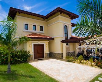 Pristine Bay Resort - Coxen Hole - Building