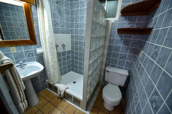 Blue Tang Inn - San Pedro Town - Bathroom