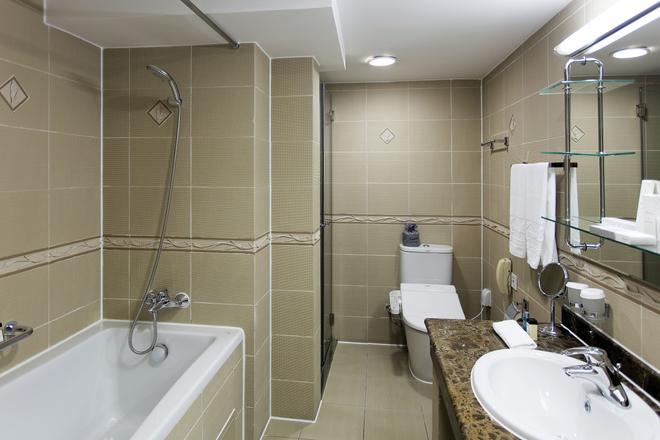 Kempinski Hotel Khan Palace Ulaanbaatar - Ulaanbaatar - Bathroom