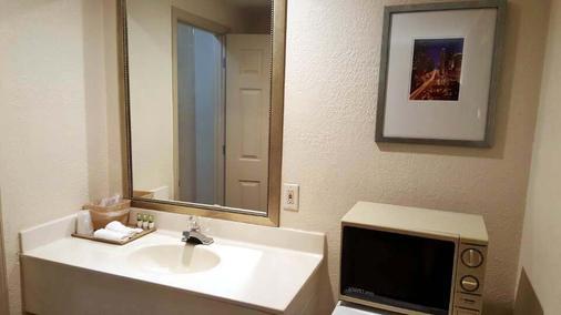Great Western Inn Suites - Junction City - Bathroom