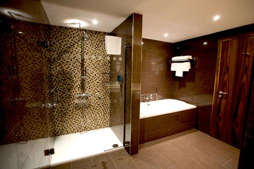 Clayton Hotel Dublin Airport - Dublin - Bathroom